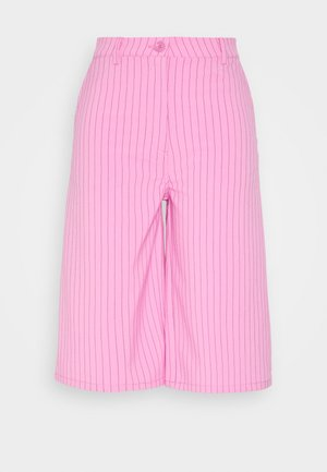 SAANA PINSTRIPE SHORTS - Shortsit - pink stripe