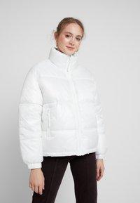Weekday - BENITA PUFFER JACKET - Zimní bunda - white - 0