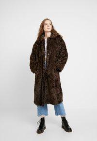 Weekday - CAMILLE COAT - Zimní kabát - dark brown - 1