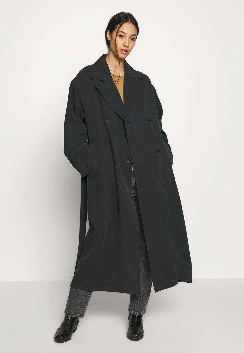 Weekday - KARLEE COAT - Trenchcoat - black
