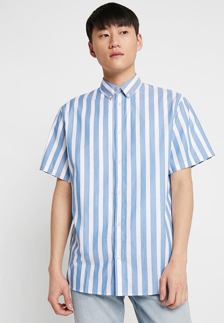 Weekday - JACOB STRIPED SHORT SLEEVE - Camisa - blue/white