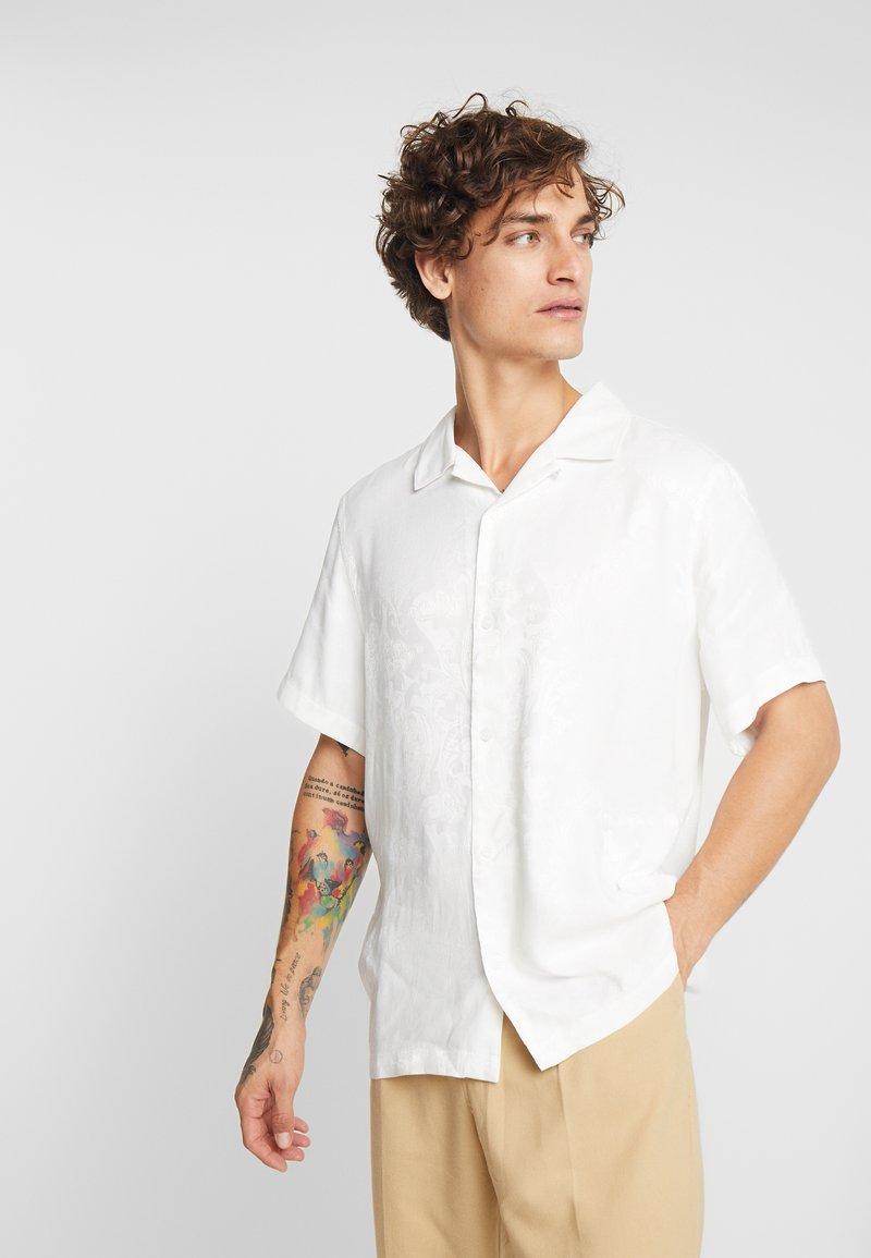 Weekday - COFFEE JACQUARD - Koszula - off white