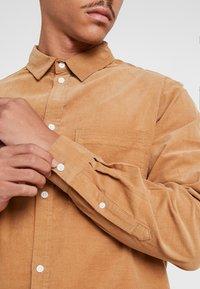 Weekday - WISE - Skjorte - beige - 4