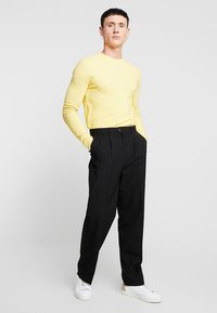 Weekday - CONRAD TROUSERS - Tygbyxor - black - 1