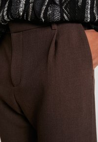 Weekday - MARD TROUSERS - Pantaloni - mottled brown - 5