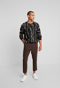 Weekday - MARD TROUSERS - Pantaloni - mottled brown - 1