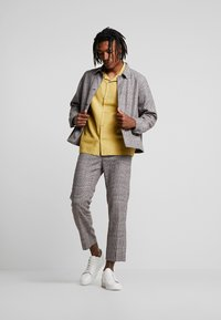 Weekday - CHARLIE CHECK TROUSER - Stoffhose - beige - 1