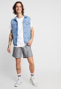 Weekday - PILLAR STRIPED - Shorts - grey melange/white - 1