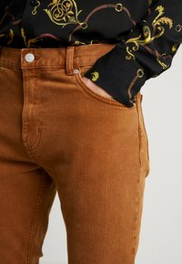 Weekday - CONE CANION - Jeans slim fit - brown - 6