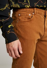 Weekday - CONE CANION - Jeans slim fit - brown - 3