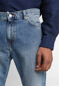 Weekday - SUNDAY CHELSEA - Relaxed fit jeans - blue - 5