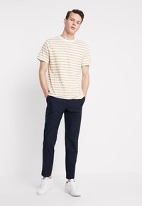 Weekday - JAMIE  - Print T-shirt - yellow/white - 1