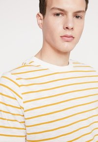 Weekday - JAMIE  - Print T-shirt - yellow/white - 4