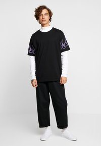 Weekday - FRANK SLEEVE FLAME - T-shirt basique - black - 1