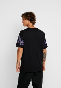Weekday - FRANK SLEEVE FLAME - Basic T-shirt - black - 2