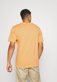 Weekday - FRANK - T-shirt basique - orange - 2