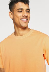 Weekday - FRANK - T-shirt basique - orange - 4