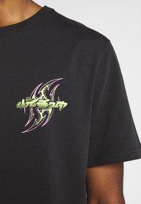 Weekday - TOMMIE DEMETRIC - Print T-shirt - black - 4