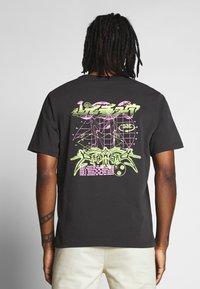 Weekday - TOMMIE DEMETRIC - Print T-shirt - black - 2