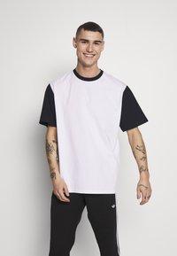Weekday - ANDRE - T-shirt z nadrukiem - navy - 0