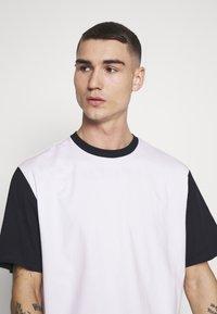 Weekday - ANDRE - T-shirt z nadrukiem - navy - 4