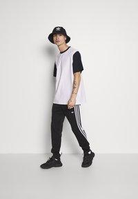 Weekday - ANDRE - T-shirt z nadrukiem - navy - 1