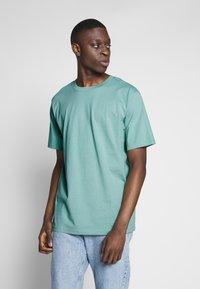 Weekday - 2 PACK FRANK - Basic T-shirt - black/turqoiuse - 2