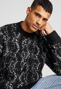 Weekday - ROMEO PYTHON SWEATER - Svetr - black - 3