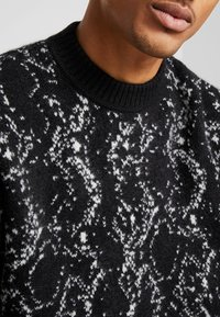 Weekday - ROMEO PYTHON SWEATER - Svetr - black - 5