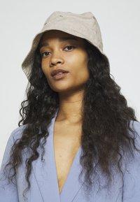 Weekday - LATITUDE BUCKET HAT - Hatt - beige - 1