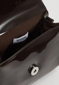 Weekday - MINI PATENT HANDBAG - Bolso de mano - dark brown - 4