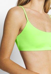 Weekday - SUN STRUCTURE SWIM - Top de bikini - yellow - 4