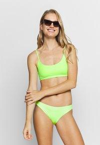 Weekday - SUN STRUCTURE SWIM - Top de bikini - yellow - 1