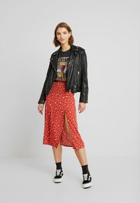 Wednesday's Girl - MIDI SKIRT WITH FRONT SPLIT - Gonna a campana - rust/white - 1