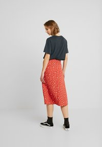 Wednesday's Girl - MIDI SKIRT WITH FRONT SPLIT - Gonna a campana - rust/white - 2