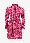 Wednesday's Girl - RUFFLE HIGH NECK DRESS - Robe d'été - red/black./white