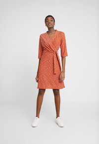 Wednesday's Girl - 3/4 LENGTH SLEEVE BELTED WRAP FRONT MIDI DRESS - Jersey dress - brown/white - 2