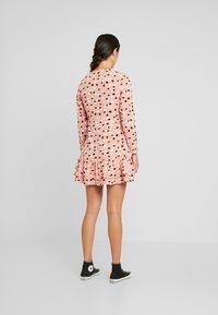 Wednesday's Girl - RUFFLE HEM MINI TEA DRESS - Vestito estivo - pink - 3