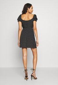 Wednesday's Girl - TIE FRONT SWEETHEART NECKLINE MINI DRESS - Vapaa-ajan mekko - black/white - 2