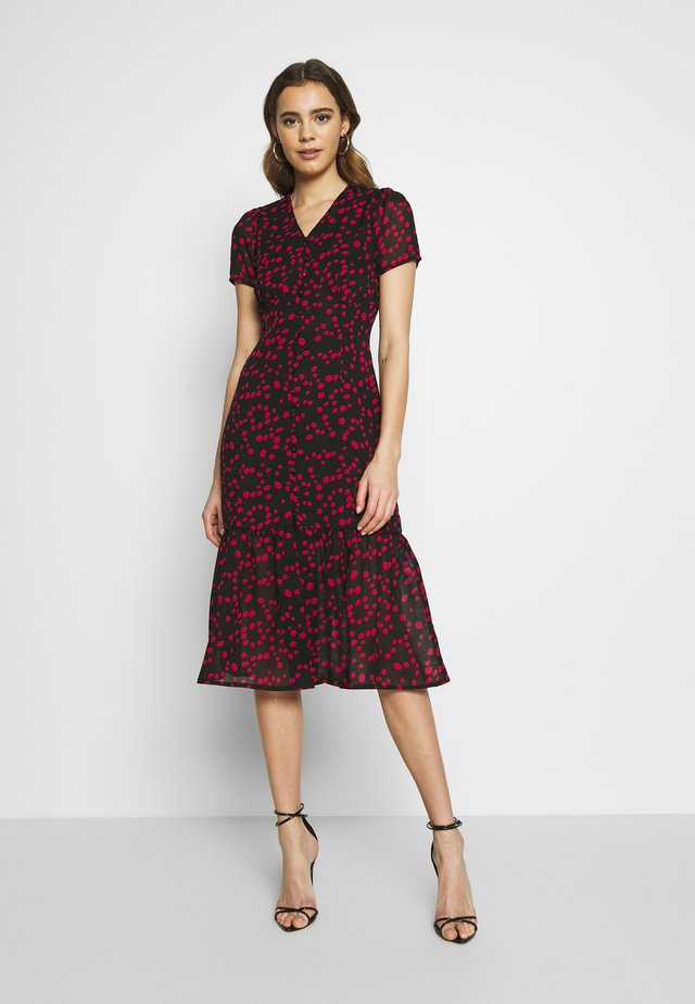 BUTTON FRONT TIERED HEM MIDI TEA DRESS - Shirt dress - black/red