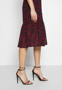 Wednesday's Girl - BUTTON FRONT TIERED HEM MIDI TEA DRESS - Vestido camisero - black/red - 3
