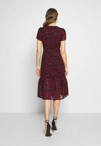 Wednesday's Girl - BUTTON FRONT TIERED HEM MIDI TEA DRESS - Vestido camisero - black/red - 2