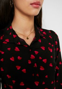 Wednesday's Girl - YOKE DETAIL BUTTON FRONT - Button-down blouse - black/red/pink heart - 5