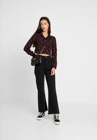 Wednesday's Girl - YOKE DETAIL BUTTON FRONT - Button-down blouse - black/red/pink heart