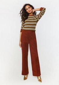 WE Fashion - Spodnie materiałowe - red - 1