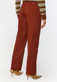 WE Fashion - Spodnie materiałowe - red - 2