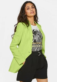 WE Fashion - MIT STRUKTURMUSTER - Cappotto corto - bright green - 3