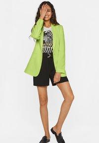 WE Fashion - MIT STRUKTURMUSTER - Cappotto corto - bright green - 1