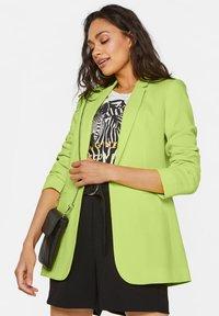 WE Fashion - MIT STRUKTURMUSTER - Cappotto corto - bright green - 0