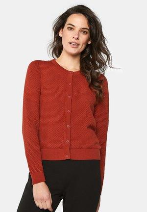 MIT STRUKTURMUSTER - Vest - saffron red